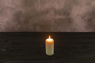 Płomień świecy w ciemnościach.