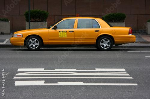 Zaparkowana żółta taksówka, widok z boku, Manhattan, Nowy Jork