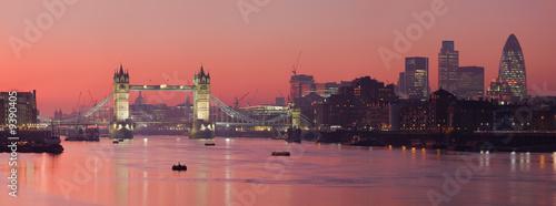 Tower Bridge i Londyn z głębokim czerwonym zachodem słońca