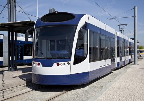 Nowoczesny tramwaj zaparkowany na stacji metra