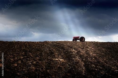traktor rolniczy na polu uprawnym