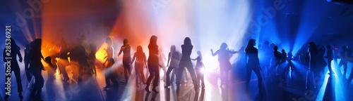 Tańczący ludzie w dyskotece