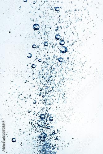 unoszące się bąbelki w wodzie