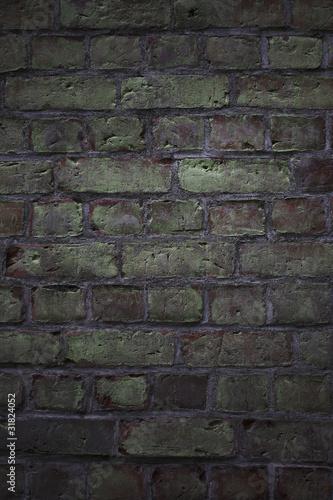 omszała ściana z cegły