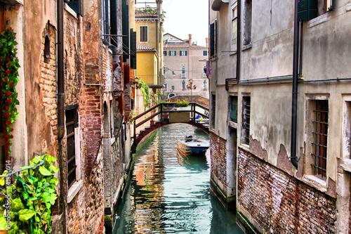 Osobliwy kanał w historycznej Wenecji (z przetwarzaniem HDR)