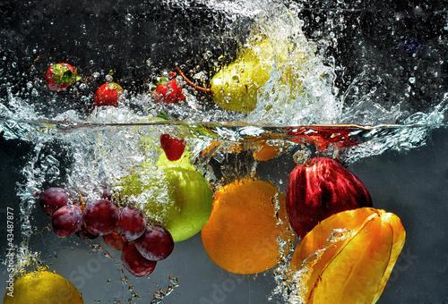 Owoce i warzywa pluskają się do wody