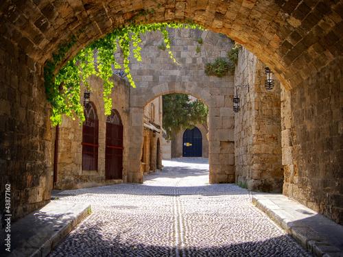 Średniowieczna łukowata ulica w starym miasteczku Rhodes, Grecja