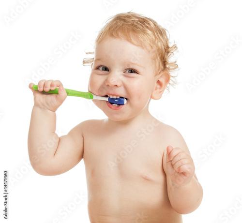 Szczęśliwe dziecko myje zęby