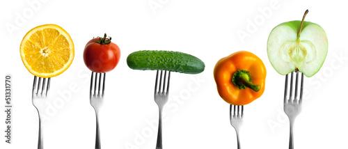 warzywa i owoce na widelcach