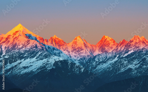 zachód słońca na Mountain Peaks panchachuli w indyjskich Himalajach
