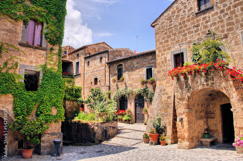 Malowniczy zakątek uroczego miasteczka na wzgórzu we Włoszech