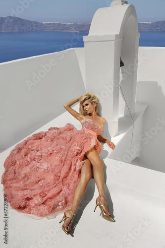 piekna kobieta w bajecznej różowej sukience