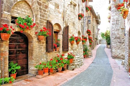 Malowniczy pas z kwiatami we włoskim miasteczku na wzgórzu