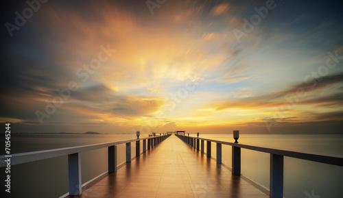 Most w porcie o wschodzie słońca