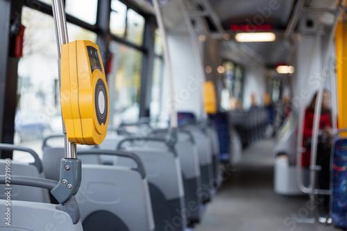 Wnętrze nowoczesnego tramwaju miejskiego