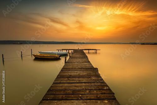 Zmierzchu widok z łodziami przy jeziora wybrzeżem blisko Varna, Bułgaria