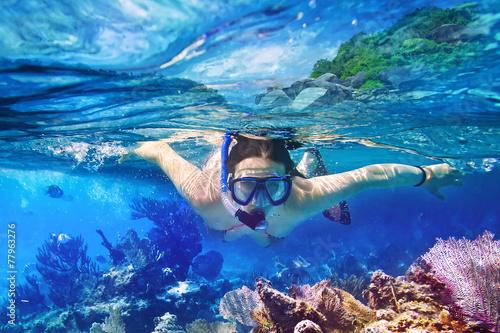 Młode kobiety przy snorkeling w tropikalnej wodzie