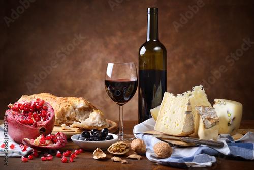 Czerwone wino, ser, orzechy włoskie, oliwki, granat i chleb