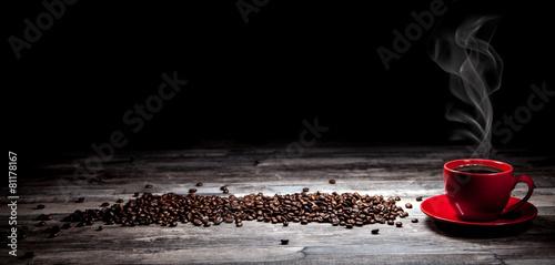 Kaffeetasse mit Kaffeebohnen Hintergrund