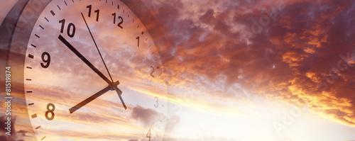 Czas mijający. Zegar na niebie