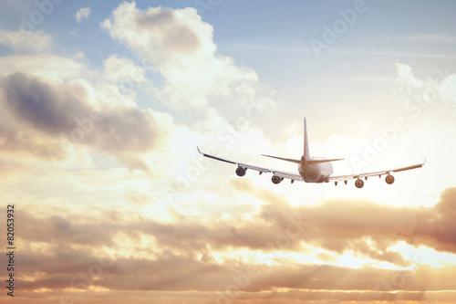 samolot w zachodzie słońca niebo