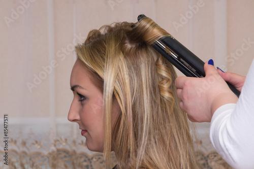 Lokowanie włosów prostownicą