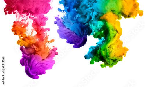 Tęcza tuszu akrylowego w wodzie. Wybuch koloru