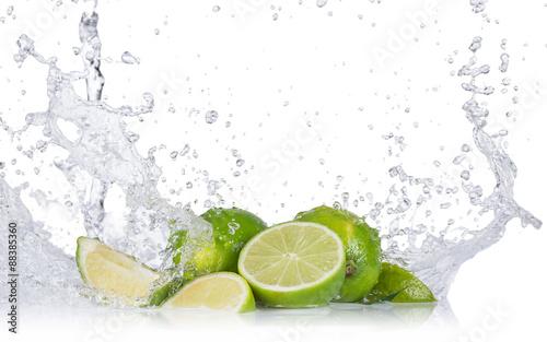 Świeże limonki z rozpryskami wody