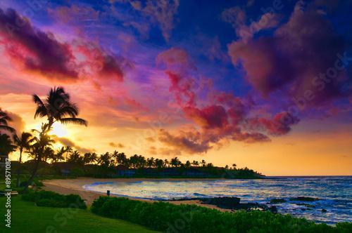 Spektakularny zachód słońca nad plażą Pacyfiku na Kauai, Hawaje, USA