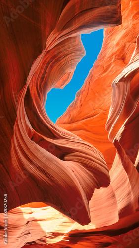 Do błękitnego nieba w kanionie slotów. Kanion Antylopy Magicznej w Rezerwacie Navajo, Arizona