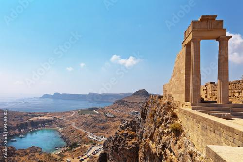 Grecja. Rodos Akropol w Lindos. Doryckie kolumny starożytnej świątyni Ateny Lindia z IV wieku pne i zatoki św. Pawła