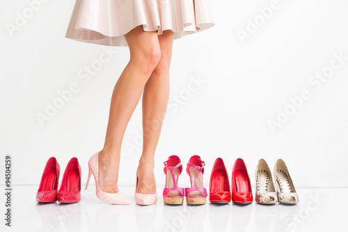 Kobieta wybiera odpowiednie buty