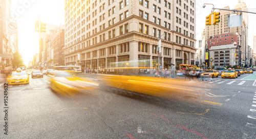 Ruchliwe skrzyżowanie dróg na Manhattanie w Nowym Jorku o zachodzie słońca