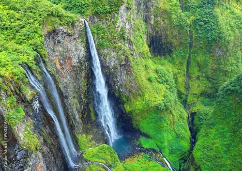 Widok z lotu ptaka na wodospad w lesie deszczowym. Cirque Salazie, Reunion Island.