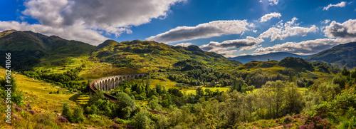 Panorama wiaduktu kolejowego Glenfinnan w Szkocji i surroundi