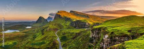 Quiraing gór zmierzch przy wyspą Skye, Szkocja, Zjednoczone Królestwo