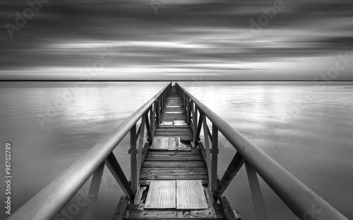 Most do bezokolicznika nad zachodem słońca