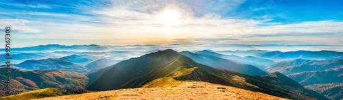 Górski krajobraz o zachodzie słońca