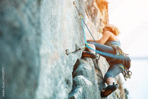 Wspinaczka skałkowa na pionowej płaskiej ścianie - Zdjęcia stockowe