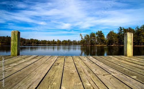 Letni dzień nad jeziorem. Drewniany dok z widokiem na wspaniałe jezioro na pustyni. Park stanowy Ludington. Ludington, Michigan.