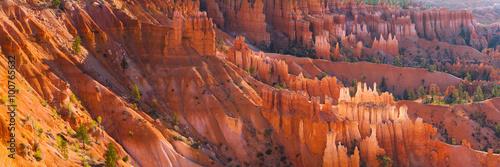 Panorama iglicy Bryce Canyon o zachodzie słońca