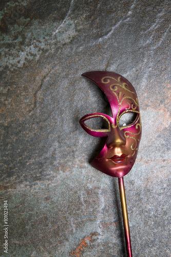 Wenecka maska na kamiennym tle