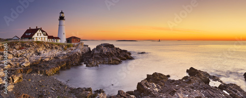 Latarnia morska w Portland Head, Maine, USA o wschodzie słońca