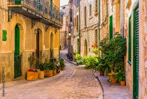 Widok romantycznej ulicy starej śródziemnomorskiej wioski w Hiszpanii