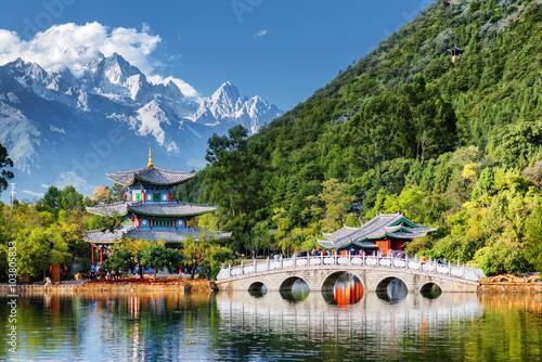 Piękny widok chabeta smoka Śnieżna góra, Lijiang, Chiny
