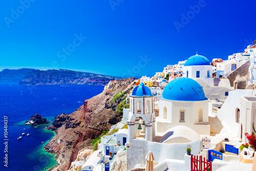 Oia miasteczko na wyspie Santorini, Grecja. Kaldera na Morzu Egejskim.