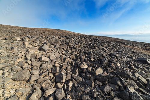 Kamienna pustynia pod niebieskim niebem.