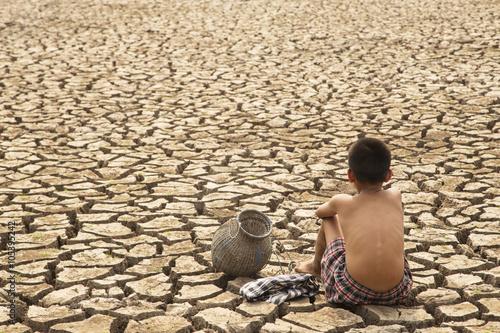 Samotne dzieci w suchych okolicach