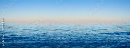 Panorama fal morskich na tle świtu
