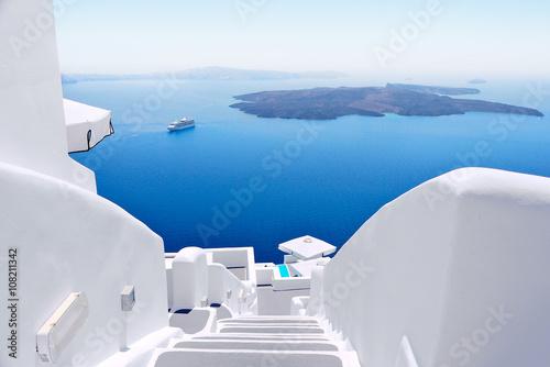 Biali obmycie schody na Santorini wyspie, Grecja. Widok w kierunku morza Caldera z oczekującym statkiem wycieczkowym.